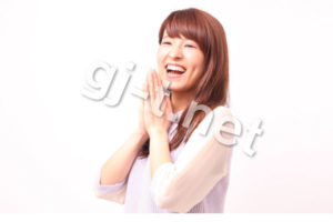 両手を合わせて喜ぶ女性