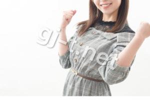 両手でガッツポーズをとる女性