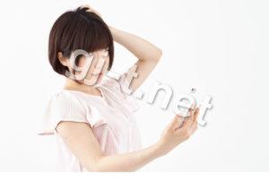 スマホを見て頭を傾げる女性