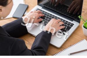 パソコンをするスーツの人