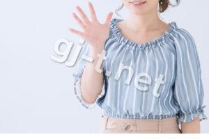 5を示すストライプの服を着た女性