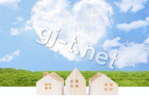 3つの家の模型とハートの雲