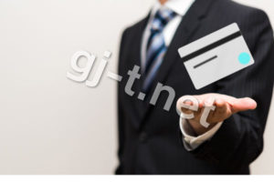 カードを持つスーツの男性