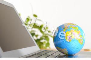 小さい地球儀とパソコン