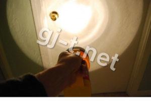 懐中電灯を天井に照らす